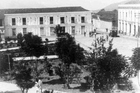 Vista de la plaza Bolívar de Mérida desde la esquina oeste, cerca de 1929. Mérida, Venezuela.