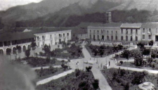 Vista panorámica de la plaza Bolívar de Mérida a mediados de 1929. Estado Mérida, Venezuela.