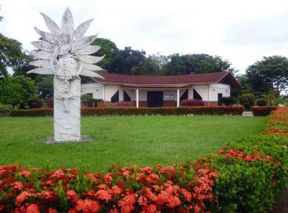 La imagen de la Virgen del Rosario preside la escena de la capilla para la oración en el camposanto. Bien cultural de Barinas, Venezuela.