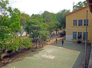 Cancha del Grupo Escolar Estado Guárico, ubicada en el área lateral derecha del Grupo Escolar Estado Guárico, monumento histórico nacional de Venezuela, en el estado Barinas.