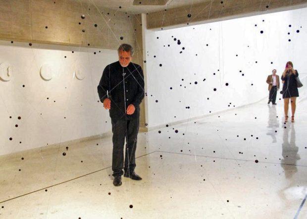 Carlos Medina en su exposición Esencial, realizada en el Maczul. Artista venezolano.