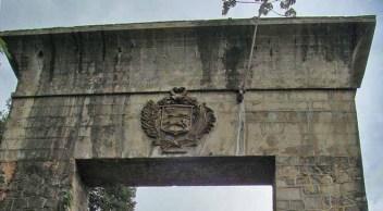 Deterioro del monumento de La Puerta, en abandono institucional. Patrimonio nacional de Venezuela. en riesgo