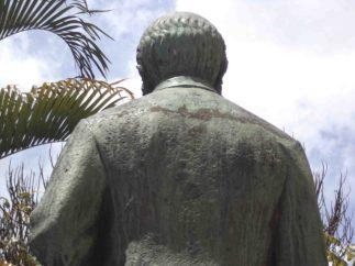 Detalles de la cara posterior de la estatua del Rector Heroico. Patrimonio cultural de Mérida, Venezuela.