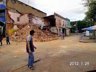 El último inmueble de estilo neoclásico que restaba, la Casa de El Sordo, derribada ante la presencia atónita de viandantes. Foto Américo Fernández, cronista de Ciudad Bolívar, 2012.