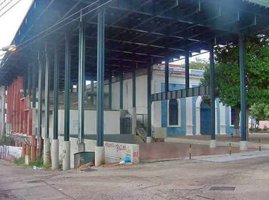 El moderno teatro diseñado por Oscar Tenreiro. Casco histórico de Ciudad Bolívar.