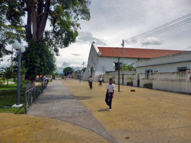 El nuevo bulevar de la iglesia colonial San Nicolás de Bari. Monumento histórico Nacional de Venezuela.