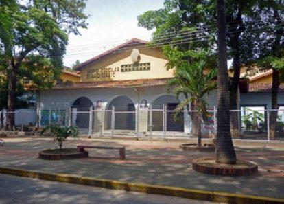 Fachada del Grupo Escolar Estado Guárico, monumento histórico nacional de Venezuela, en el estado Barinas.