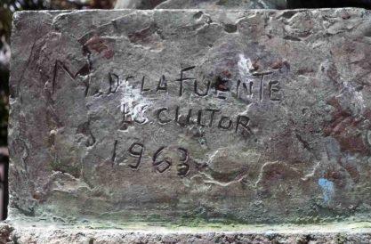 Firma del escultor ubicada en la oxidada y vandalizada base de la estatua de Carraciolo Parra y Olmedo, patrimonio histórico del municipio Libertador del estado Mérida. Venezuela.