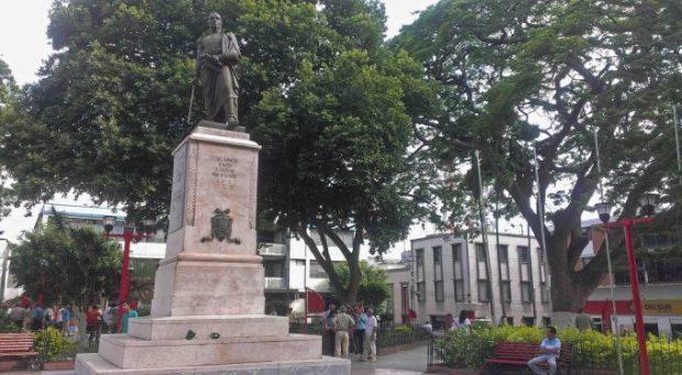Monumento al Libertador Simón Bolívar en la plaza Bolívar de Valera. Activo patrimonial en riesgo. Venezuela.