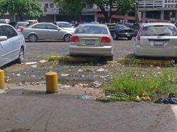 La basura abunda en la UCV. Ciudad Universitaria de Caracas, Patrimonio mundial de Venezuela 2000.