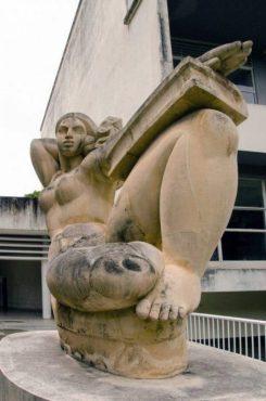 """Pátina negra por la mugre y oxidación de la obra """"La educación"""", de Francisco Narváez. Ciudad Universitaria de Caracas, Patrimonio de la Humanidad desde el año 2000. UNESCO."""