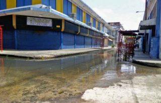 La moderna construcción que sustituyó a la demolida Casa Mercantil Dalla Costa en el casco histórico de Ciudad Bolívar. Patrimonio cultural de Venezuela en riesgo.