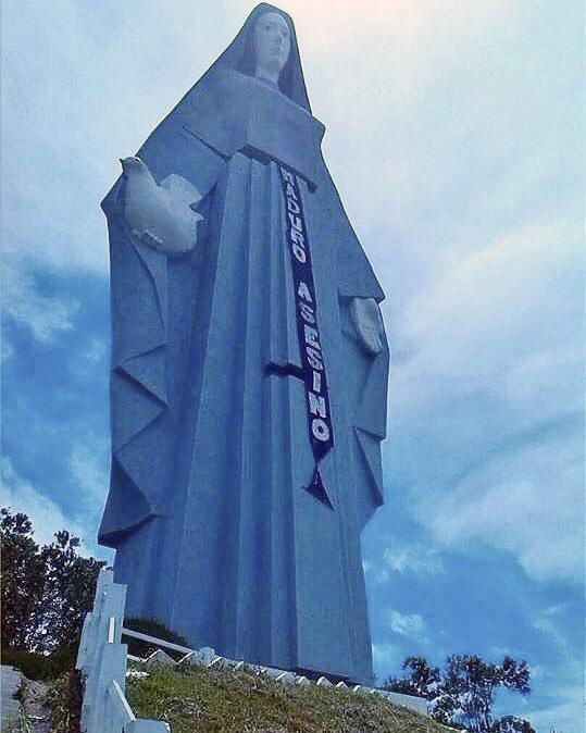 Monumento a la Virgen de La Paz en Trujillo con un cartel de protesta antigubernamental. Crisis en Venezuela.