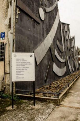 El escarapelado mural de Mateo Manaure, en la Facultad de Ciencias de la UCV. Ciudad Universitaria de Caracas, Patrimonio de la Humanidad desde el año 2000. UNESCO.