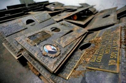 Más de seis mil placas de bronce se han robado del Cementerio del Este entre julio de 2017 y julio de 2018. Foto Nathalie, Sayago, 2017.