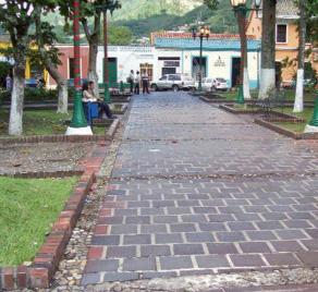 Caminerías de caico y ladrillo de la plaza Bolívar de Rubio. Táchira. Venezuela.