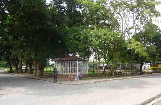 Plaza El Indio, construida por estudiantes y vecinos. Al fondo se encuentra la obra de madera. Venezuela.