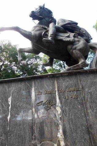 Se robaron cuatro escudos de bronce del monumento a Simón Bolívar ,patrimonio cultural de la plaza Bolívar de San Antonio del Táchira. Venezuela