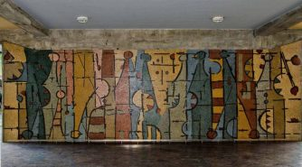 """El mural de mosaicos venecianos de Oswaldo Vigas titulado """"Un elemento – personaje vertical en evolución horizontal"""" (1954), en el edificio del rectorado, vestíbulo de la entrada. Ciudad Universitaria de Caracas. Ciudad Universitaria de Caracas, Patrimonio de la Humanidad desde el año 2000. UNESCO."""