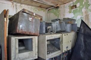 Arrumados los equipos de aire acondicionado y aparatos que un día refrescaron el Teatro Ana Enriqueta Terán, en Valera.