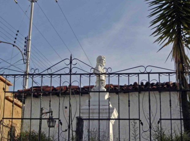 Busto del Precursor de la Independencia mirando hacia la Sierra Nevada. Foto tomada en diciembre de 2006. Monumento a Francisco de Miranda, patrimonio histórico de la ciudad de Mérida, Venezuela.