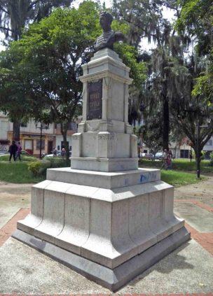 Cara frontal y lateral izquierdo del monumento al coronel Rivas Dávila. Patrimonio histórico del municipio Mérida, estado Mérida. Venezuela.