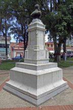 Cara posterior y lateral derecho del monumento al coronel Rivas Dávila. Patrimonio histórico del municipio Mérida, estado Mérida. Venezuela.