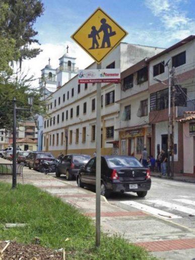 Costado noreste de la plaza Rivas Dávila vista desde la zona central. Patrimonio histórico del municipio Mérida, estado Mérida. Venezuela.