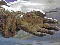 Detalle mano izquierda de la estatua a José Rafael Pulido Méndez.. Patrimonio cultural de la ciudad de Mérida, Venezuela.
