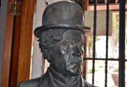 Detalles del rostro de la estatua de Charles Chaplin. Patrimonio cultural de Mérida, Venezuela, en peligro. Mafia del bronce.