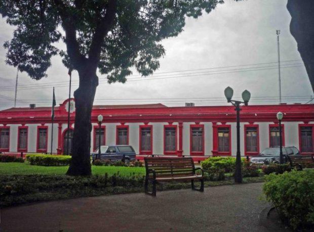 El impactante rojo en la fachada del Palacio Municipal de Barinas.