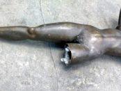Estatua de América con su pierna y brazo izquierdo mutilados. Patrimonio cultural venezolano en riesgo. alerta cultural