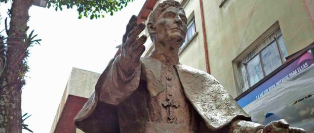 Estatua de monseñor José Rafael Pulido Méndez, en Mérida. Patrimonio cultural de Mérida, Venezuela.