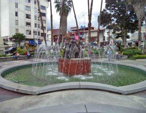 Fuente de agua y monumento a Las Heroínas visto desde el lateral derecho. Plaza Las Heroínas, en la ciudad de Mérida. Patrimonio cultural venezolano.