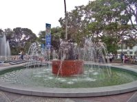 Fuente de agua y monumento a Las Heroínas visto desde la cara frontal. Plaza Las Heroínas, en la ciudad de Mérida. Patrimonio cultural venezolano.