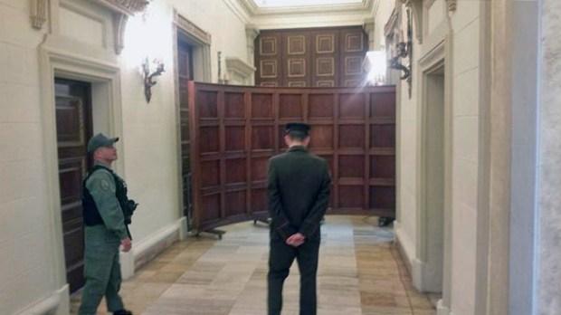 GNB impide entrada de los diputados de la MUD al Salón Protocolar, para ello usó un antiguo parabán de madera. Agosto 2017. Palacio Federal Legislativo, Patrimonio cultural venezolano en riesgo.