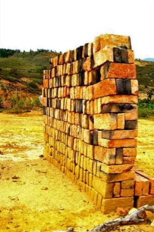 Hilera de ladrillos fabricados en Lobatera. Patrimonio cultural del estado Táchira, Venezuela.
