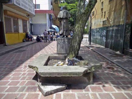 Jardinera del monumento a José Rafael Pulido Méndez usada como depósito de basura. Patrimonio cultural de la ciudad de Mérida, Venezuela.