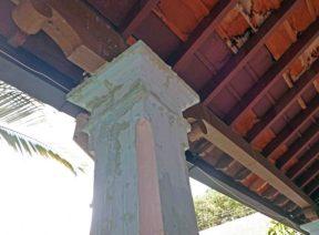Filtraciones en una columna del palacio municipal de Barinas. Patrimonio histórico de Barinas en riesgo. Venezuela.