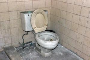 Los baños internos no funcionan, sus espacios están llenos de polvo y escombros.Patrimonio cultural de Valera, estado Trujillo, en riesgo. Venezuela.