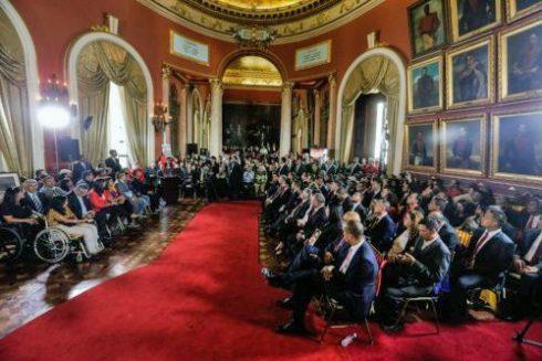Los constituyentistas en el Salón Elíptico del Palacio Federal Legislativo. Instalación de la constituyente erosiona el patrimonio histórico nacional de Venezuela.