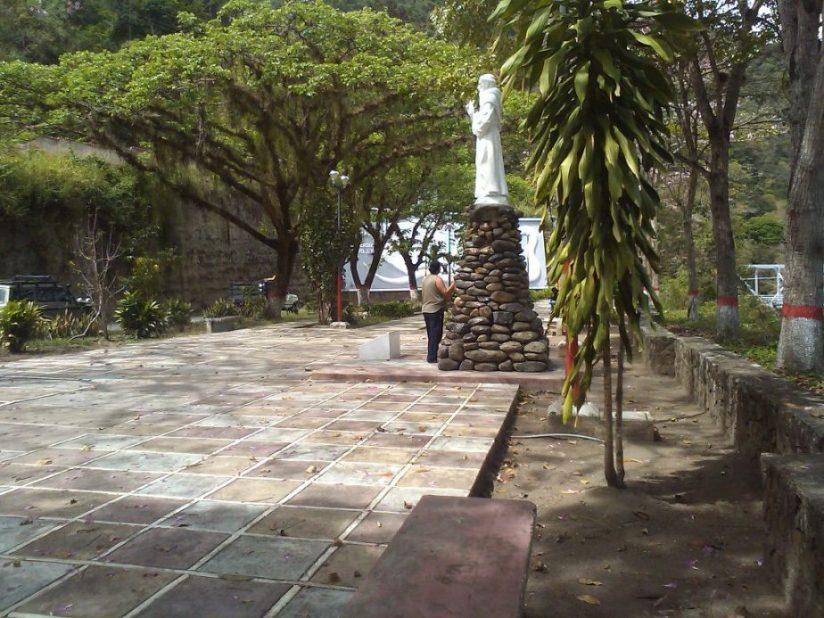 Vista desde el bulevar del mural de entrada de San Antonio de Capayacuar. Foto Sour200 / Creative Commons, marzo de 2011 .