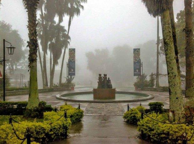 Plaza Las Heroínas entre la niebla merideña. Foto Cormetur, mayo de 2017, patrimonio cultural de Mérida. Venezuela.