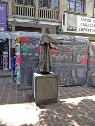 Buhoneros alrededor del monumento al monseñor Pulido Méndez. Patrimonio cultural de la ciudad de Mérida, Venezuela.