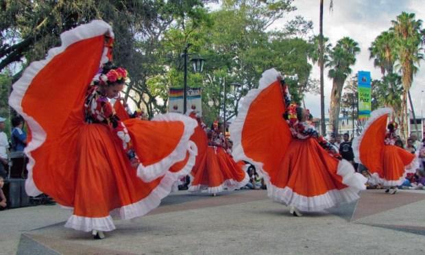Presentaciones dancísticas durante la reinauguración de la plaza Las Heroínas, el 1 de marzo de 2014. Patrimonio cultural del estado Mérida, Venezuela.