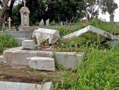 Tumbas destrozadas por los buscadores de prendas de oro en el Cementerio Histórico de Ciudad Bolívar. Patrimonio histórico de Venezuela en peligro.
