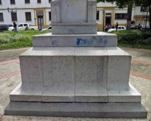 Vandalismo en el lateral izquierdo del pedestal. Patrimonio histórico del municipio Mérida, estado Mérida. Venezuela.