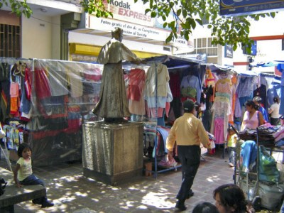 Buhoneros junto al monumento de Pulido Méndez. Patrimonio cultural de Mérida, Venezuela.