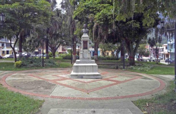 Vista frontal del monumento al coronel Luis María Rivas Dávila. Patrimonio histórico del municipio Mérida, estado Mérida. Venezuela.