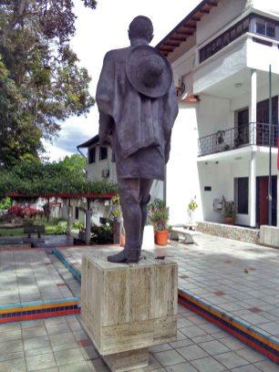 Cara posterior de la estatua pedestre del Libertador, monumento Bolívar de los Andes, Mérida. Venezuela. Foto Samuel Hurtado Camargo, 21 de junio de 2017